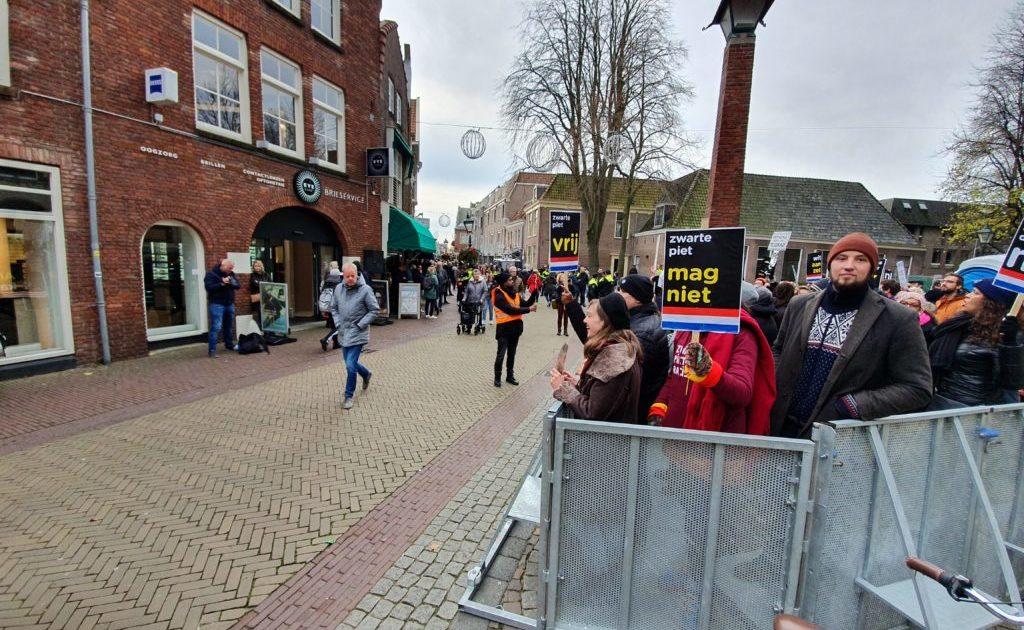 Demonstranten tegen de komst van Zwarte Piet